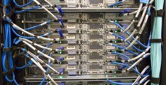 Duomenų saugykla su prijungtais laidais