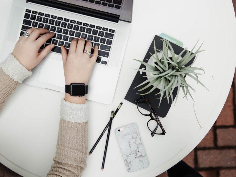 Moteris dirba prie nešiojamo kompiuterio
